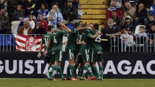 Los jugadores del Betis celebran el tanto de la victoria ante el Málaga.