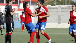 Vidal y Nekane durante un lance del duelo entre el UD Collerense y el Athletic Club femenino.