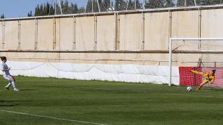 Sandra Paños detiene el penalti a María en el partido entre el Fundación Albacete y el FC Barcelona.