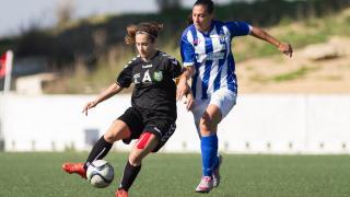 Lara pugna un balón con Cristina Martín en el duelo entre el CD Transportes Alcaine y el Sporting de Huelva, en la Primera División Femenina.