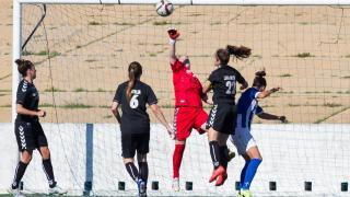 Larqué, la guardameta del CD Transportes Alcaine, despeja un balón durante el partido ante el Sporting de Huelva, en la Primera División Femenina.