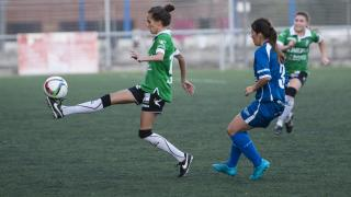 Yolanda Chamorro, del Oviedo Moderno, controla el balón en presencia de una jugadora del Oiartzun KE.
