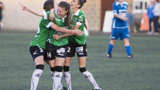 Las jugadoras del Oviedo Moderno celebran uno de los tres tantos que le marcaron al Oiartzun KE, en la Primera División Femenina.