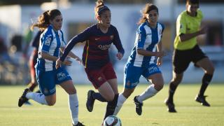 Olga García intenta deshacerse de dos rivales del RCD Espanyol.