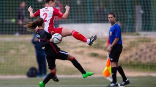Piti y Moraza disputan un balón durante el partido entre el Santa Teresa CD y el Athletic Club femenino.