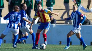 Claudia Zornoza, del Valencia CF, rodeada de rivales del Sporting de Huelva.