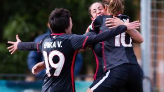 Erika Vázquez e Iraia celebran con Yulema el gol que dio el triunfo al Athletic Club femenino ante el Santa Teresa CD.