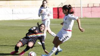 Iris y Alba Redondo disputan un balón en el partido entre el Fundación Albacete y el Rayo Vallecano.