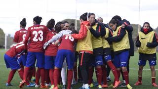 La piña del Atlético Féminas antes del comienzo del partido ante el Oviedo Moderno.