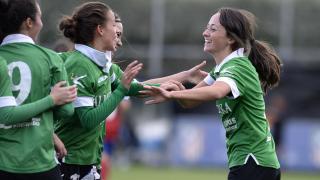 Julia celebra el tanto que adelantó al Oviedo Moderno ante el Atlético Féminas.