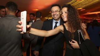 Cindy García, capitana del UD Granadilla Tfe Egatesa, con Josep Maria Bartomeu, en la Gala de los Premios LaLiga 2014-2015.