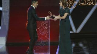 Marta Unzué, capitana del FC Barcelona Femení, entrega el Premio de Mejor Centrocampista de Liga Adelante en la Gala de los Premios LaLiga 2014-2015.
