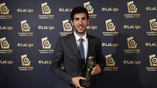 Dani Parejo (Valencia CF) recogió el 'premio al 'Mejor Jugador Africano' que conquistó su compañero Sofiane Feghouli