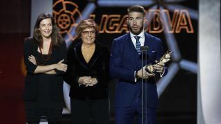 Sergio Ramos (Real Madrid) recogió el premio 'Jugador 5 estrellas de la afición' que conquistó su compañero Cristiano Ronaldo