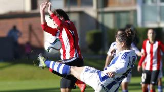 Gastearana golpea un balón que impacta en el pecho de Erika Vázquez en el derbi vasco.