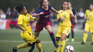 Ille se intenta zafar de Vania Martins y Mireya en el partido de Primera División Femenina entre el FC Barcelona y el Santa Teresa CD.