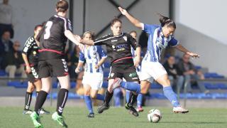 Cristina Martín-Prieto intenta llevarse el balón rodeada de contrarias del Fundación Albacete.