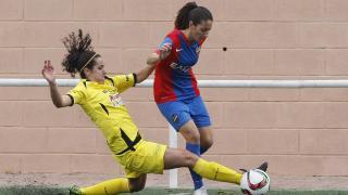 Alazne Bengoetxea disputa un balón con Mariajo en el empate entre el Levante UD y el Oiartzun KE.