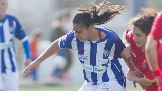 Martín Prieto y Zaira luchan por un balón en el Sporting Huelva - RCD Espanyol de la Primera División Femenina.