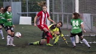 Irene Paredes intenta rematar en el Oviedo Moderno - Athletic Club de la Primera División Femenina.