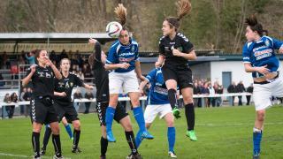 Arene remata para marcar el gol que inauguró el marcador, en el Oiartzun KE - T. Alcaine de la Primera División Femenina.