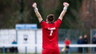 Larqué, la guardameta del CD Transportes Alcaine, celebra la victoria de su equipo, en la Primera División Femenina.