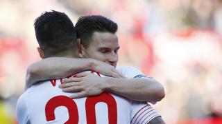 Vitolo y Gameiro se abrazan después de una nueva victoria del Sevilla, esta vez sobre la UD Las Palmas, que permitía a su equipo mantener su espectacular racha en el Estadio Ramón Sánchez-Pizjuán