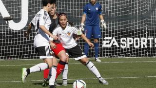 Mari Paz Vilas y Carol Férez luchan por ganar el balón en el área del Athletic.