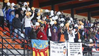 Aficionados del VCF Femenino en las gradas del Estadi Antonio Puchades.