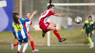 Marta Rubio por los aires a por la pelota.
