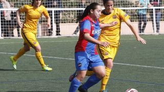 Charlyn y Marta Torrejón disputan el balón.