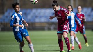 Leire despeja un balón ante la mirada de Elba en el Espanyol - Real Sociedad de la Primera División Femenina.