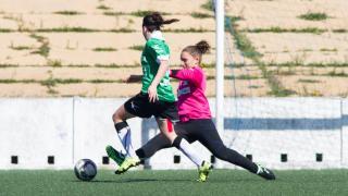 Lucía intenta recortar a Sarita Serrat en el Sporting Huelva - Oviedo Moderno de la Primera División Femenina.