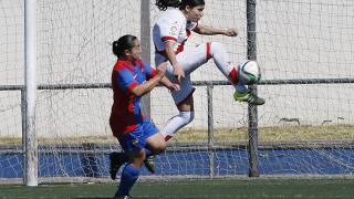 Jeni le gana la partida a Charlyn Corral en el partido que enfrentó al Levante Femenino y al Rayo.