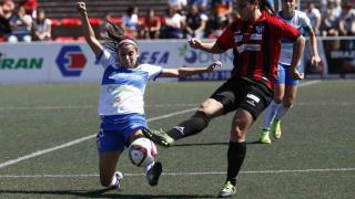 Sara Tui disputa el balón con Cristina Martín-Prieto, durante el Granadilla Egatesa - Sporting de Huelva.