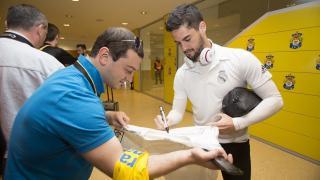 Algunos aficionados tuvieron la suerte de llevarse de recuerdo la firma de varios jugadores del Real Madrid en Las Palmas