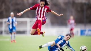 Débora, que se enfrentaba a su ex equipo, durante una jugada del partido.