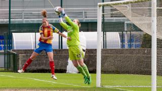 Mariasun, de la Real Sociedad, atrapa el balón.