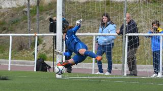 Ainhoa trata de parar el penalti lanzado por Saray.