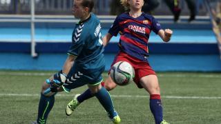 Bárbara Latorre remata a puerta en el partido entre el T. Alcaine y el FC Barcelona.