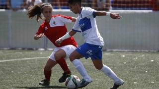 Maria José consigue hacerse con la pelota ante la presión del Collerense.