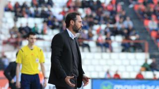 Vicente Moreno da instrucciones.