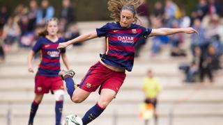 Alexia Putellas centra el balón.