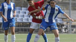 Mariajo y Paloma disputan un balón en el Espanyol - Granadilla Egatesa.