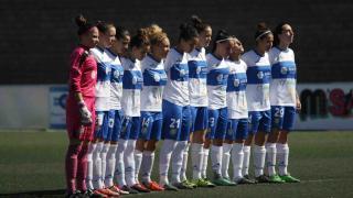 Las jugadoras del Granadilla Egatesa y del Santa Teresa CD guardaron un minuto de silencio en memoria de las víctimas del derrumbe de un edificio en Los Cristianos.