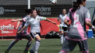 Mari Paz intenta hacerse con el balón durante el VCF Femenino - Rayo.