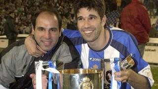 Manuel Pablo y Juan Carlos Valerón celebran el título de la Copa del Rey logrado en 2002 ante el Real Madrid en el Santiago Bernabéu - EFE/SERGIO BARRENECHEA
