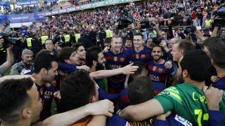 Los jugadores del FC Barcelona cantaron el alirón tras vencer en la última jornada al Granada CF