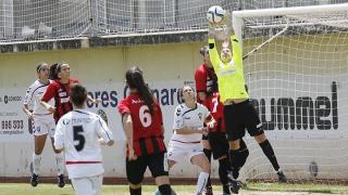 Marta Gayá atrapa el balón en el partido entre el F. Albacete y el Sporting Huelva.