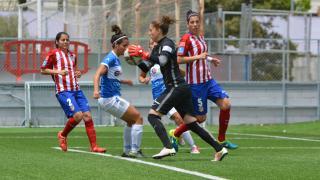 Lola Gallardo atrapa el balón durante el partido entre el At. Madrid Féminas y el Granadilla Egatesa.